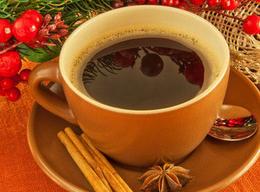 Juledekoration og en kop kaffe